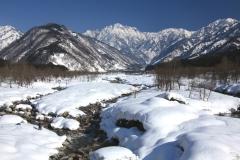 伊折橋から見る冬の剱岳